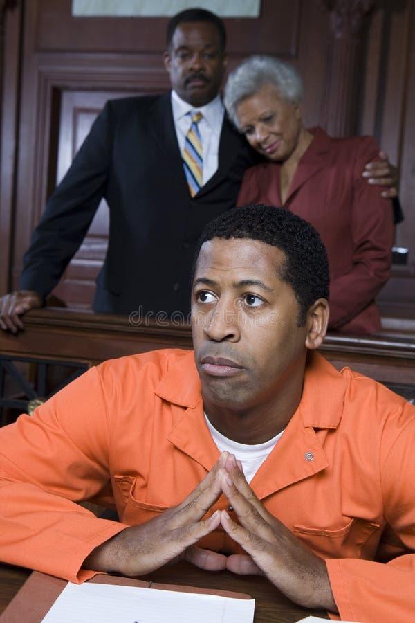 Преступник в зале судебных заседаний стоковая фотография