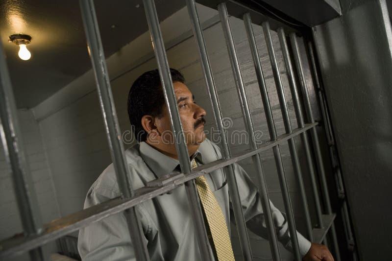 Преступник за решеткой в тюрьме стоковые изображения rf
