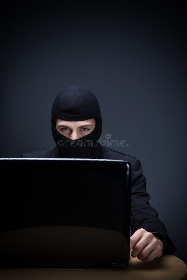 Преступник или хакер интернета стоковые фотографии rf