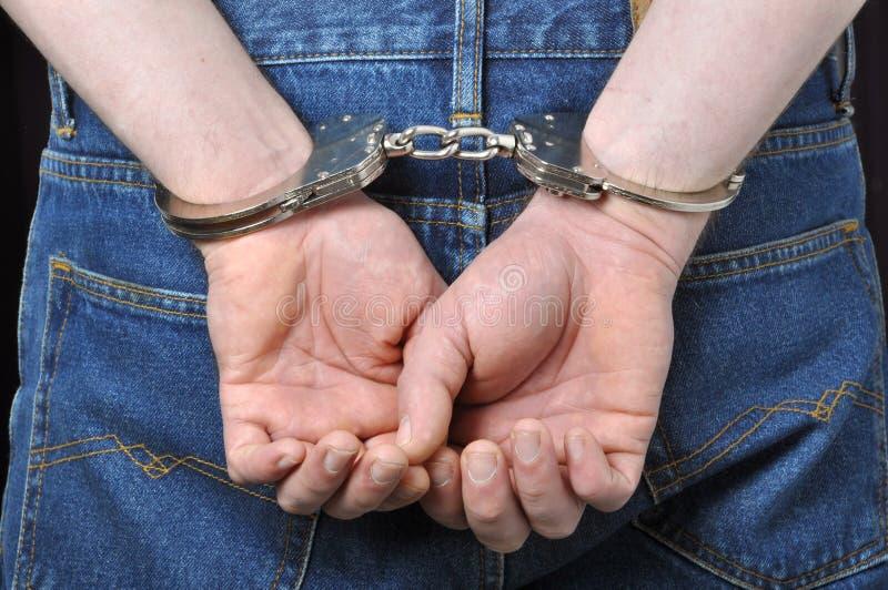 преступник надевает наручники зафиксированные руки стоковая фотография