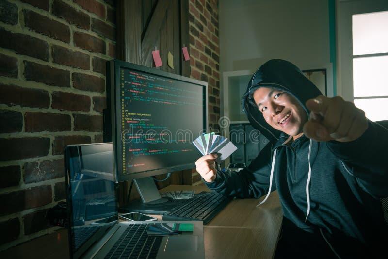 Преступник хакера показывая много личную кредитную карточку стоковые фото