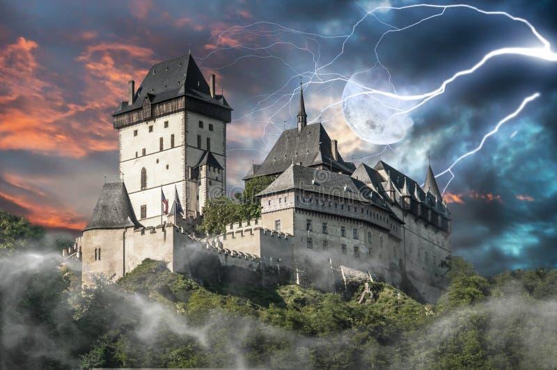 Преследовать замок Karlstejn в шторме стоковое изображение rf