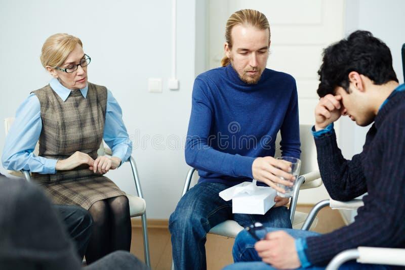 Предлагая помощь в терапевтической сессии группы стоковое фото