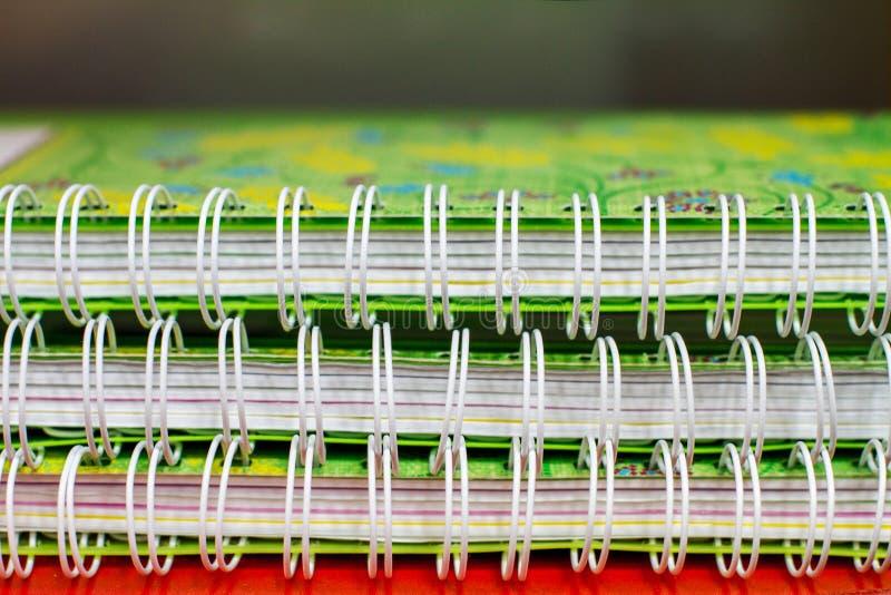 Предварительный просмотр связывая 3 зеленых тетради студента стоковая фотография