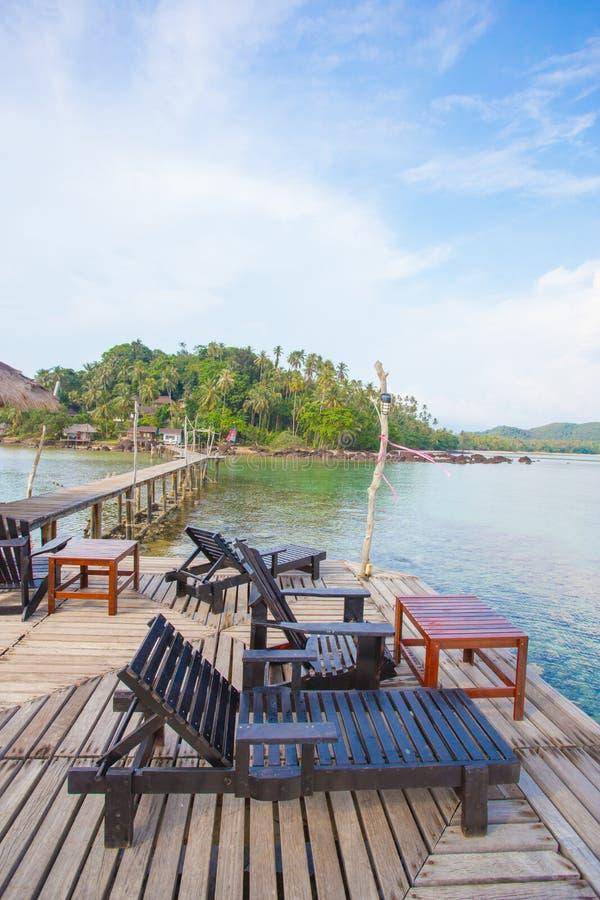 Предводительствует древесину с взглядом острова стоковые фото