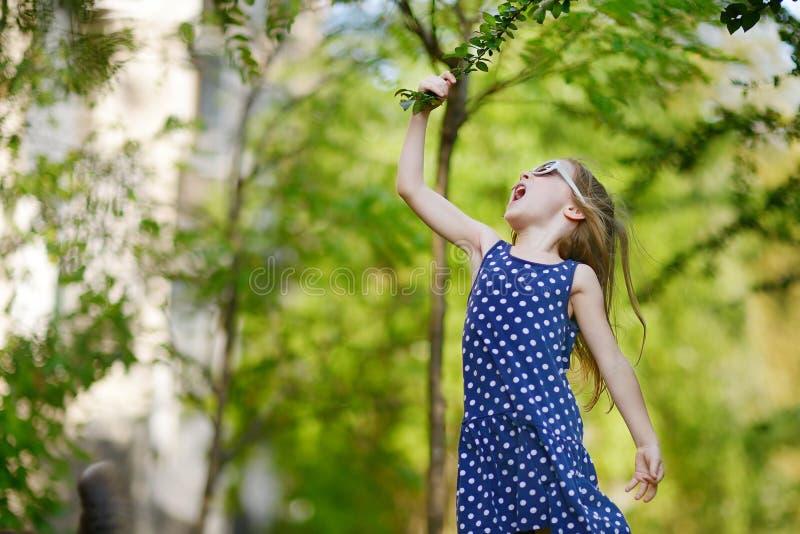 Download Прелестная девушка имея потеху Outdoors Стоковое Фото - изображение насчитывающей малыш, свет: 33729256