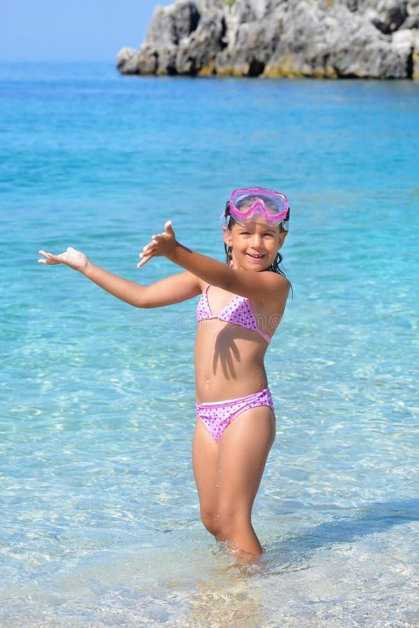 Прелестная девушка малыша наслаждаясь ее летними каникулами на пляже стоковые изображения