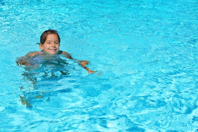 Прелестная девушка малыша наслаждаясь ее летними каникулами на плавать p стоковые изображения rf