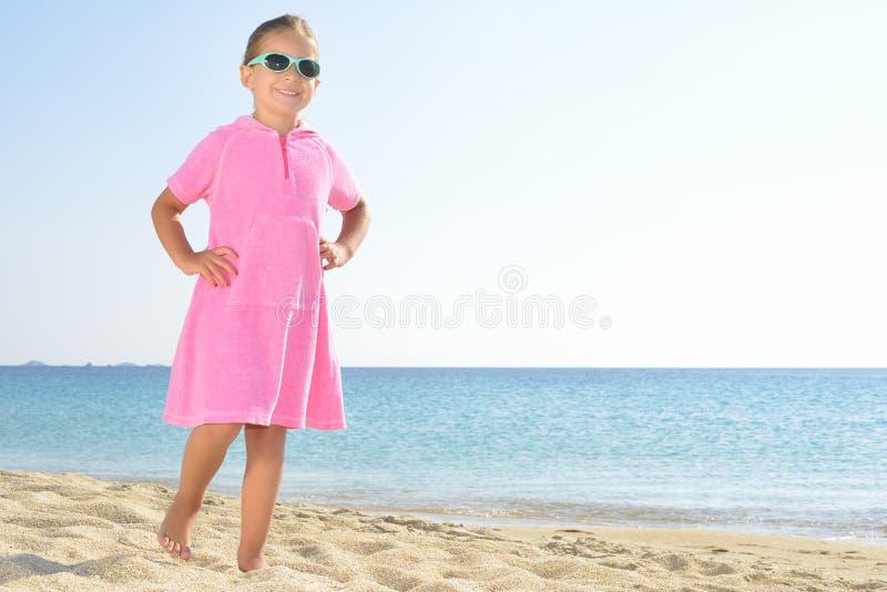 Прелестная девушка малыша на пляже стоковые фото