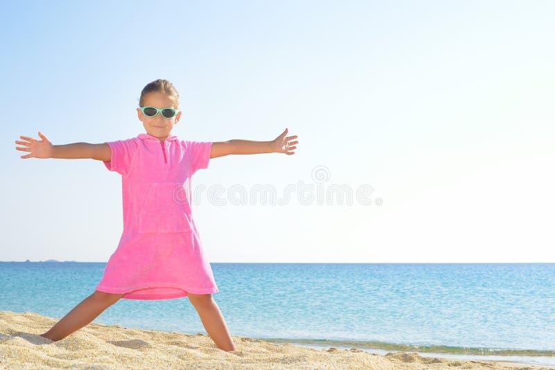 Прелестная девушка малыша на пляже стоковые изображения rf