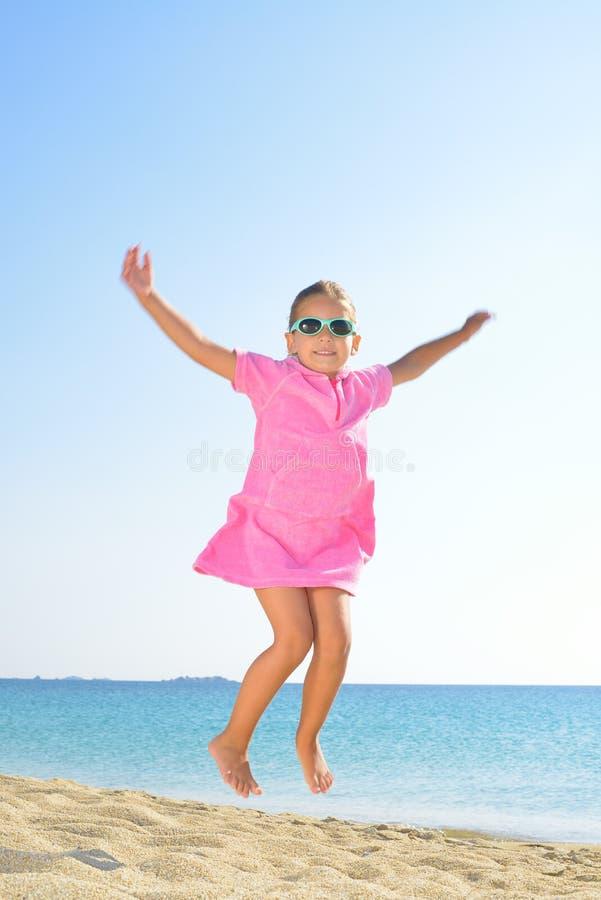 Прелестная девушка малыша на пляже стоковое изображение