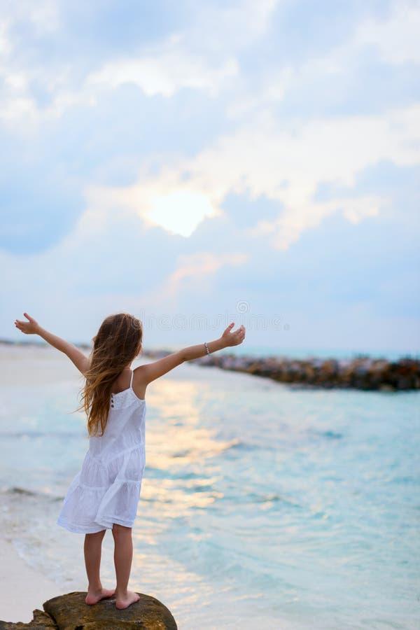 Download прелестная девушка пляжа немногая Стоковое Изображение - изображение насчитывающей жизнерадостно, ребенок: 40576029