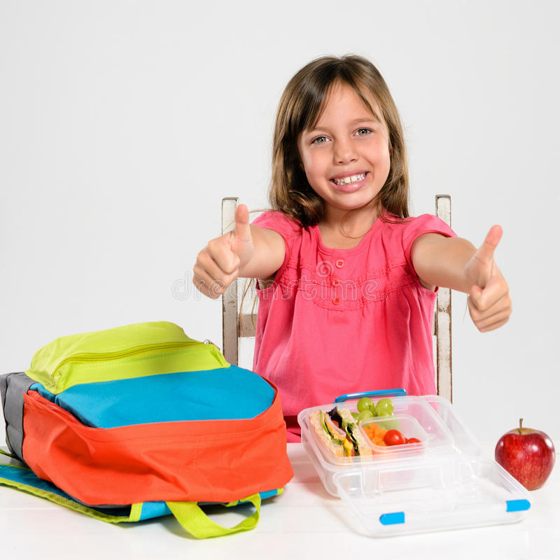 Прелестная девушка школы с здоровым обедом стоковые фото