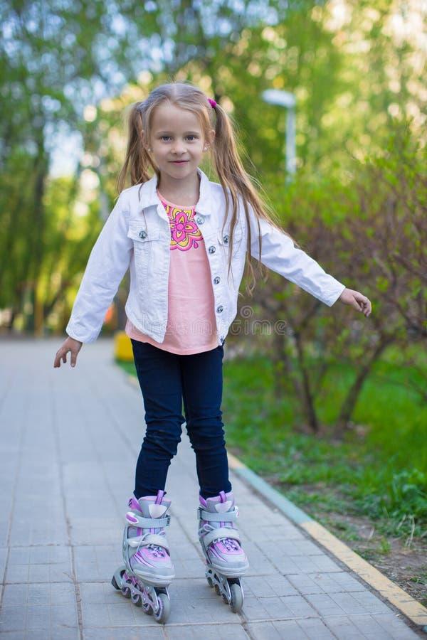 Download Прелестная маленькая девочка на коньках ролика в парке Стоковое Фото - изображение насчитывающей кавказско, aztecan: 40586612