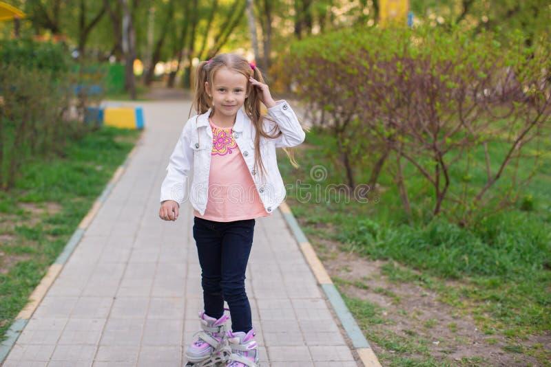 Download Прелестная маленькая девочка на коньках ролика в парке Стоковое Изображение - изображение насчитывающей джинсыы, мило: 40587075