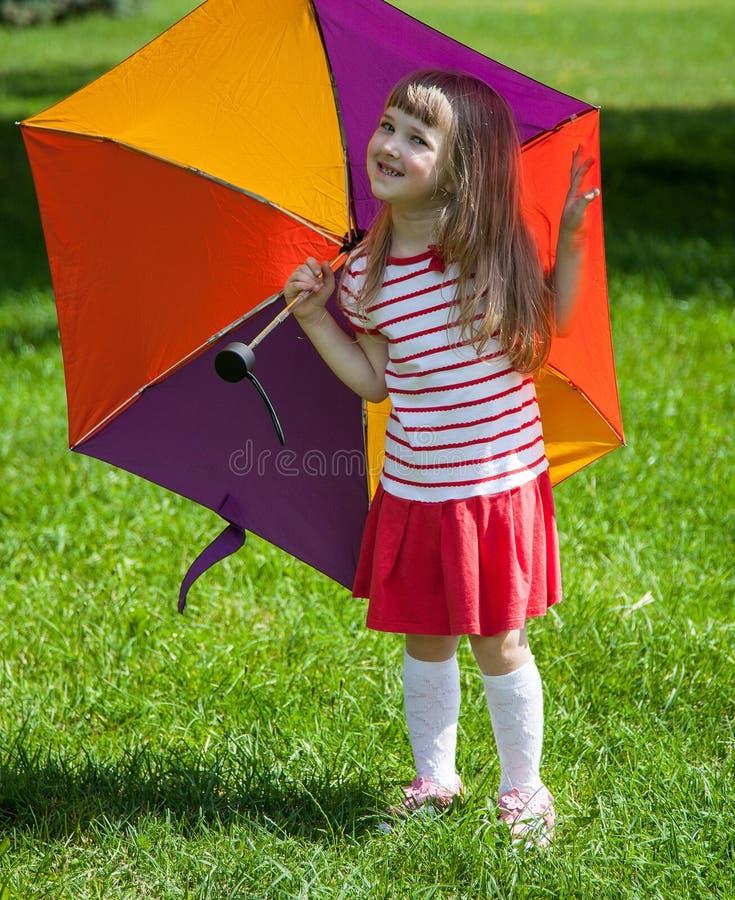 Прелестная маленькая девочка с зонтиком стоковые изображения rf