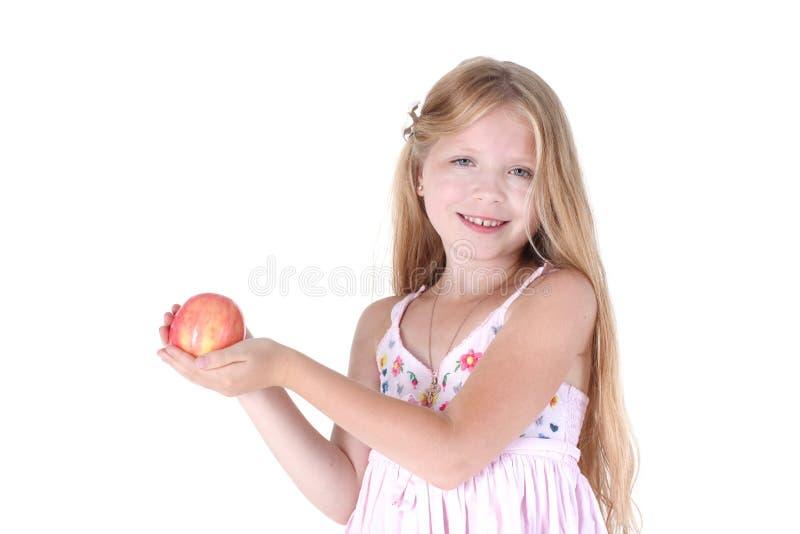 Прелестная маленькая девочка с красным яблоком стоковые изображения