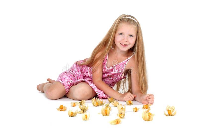 Прелестная маленькая девочка с крыжовником плащи-накидк стоковое фото rf