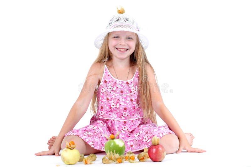Прелестная маленькая девочка с яблоком стоковая фотография rf