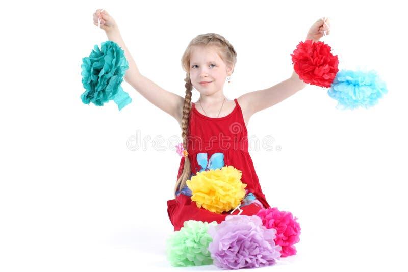 Прелестная маленькая девочка 8-ти летняя с цветками цвета бумажными стоковая фотография rf