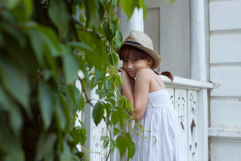 Прелестно девушка в шляпе стоковые изображения