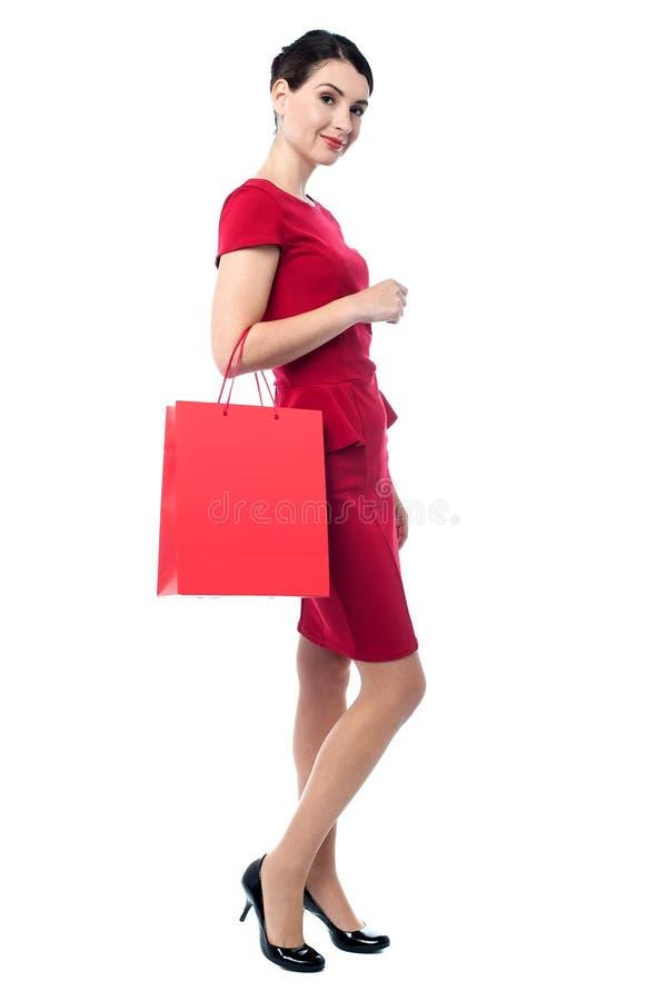 Прелестно женщина на увеличении объема покупок стоковое фото