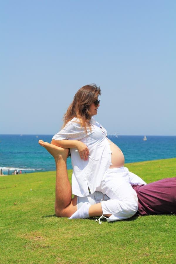 Прелестно молодая женщина беременна стоковое изображение