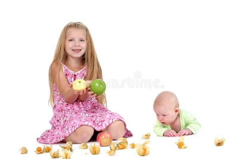 Прелестные маленькие 2 сестры 8 год и 3 месяца старых стоковые изображения