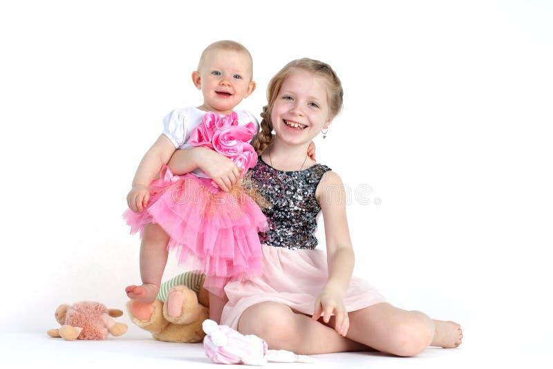 Прелестные маленькие 2 сестры 8 год и 11 месяц стоковая фотография rf