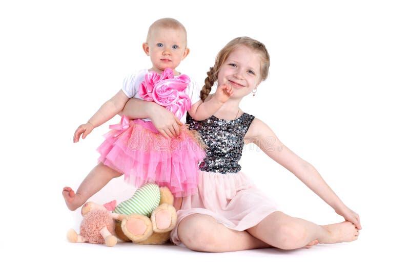 Прелестные маленькие 2 сестры 8 год и 11 месяц стоковые изображения rf