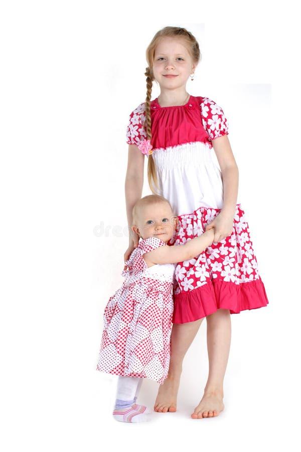 Прелестные маленькие 2 сестры 8 год и 11 месяц стоковые изображения
