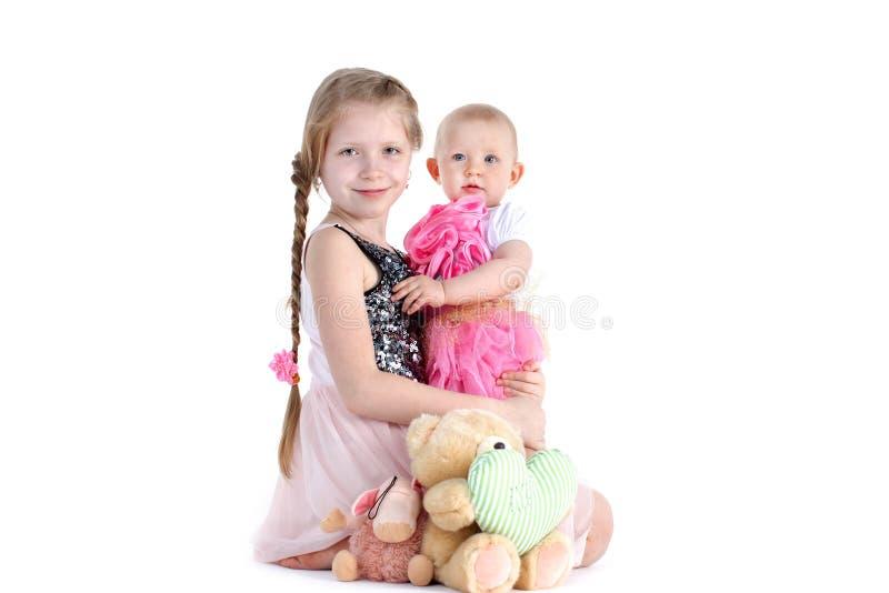 Прелестные маленькие 2 сестры 8 год и 11 месяц стоковое изображение rf