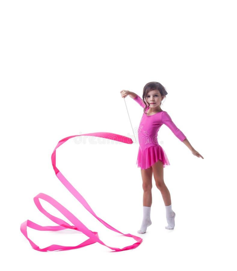 Прелестные маленькие танцы гимнаста с лентой стоковое фото