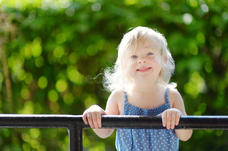 прелестный девушки малыш портрета outdoors стоковая фотография rf