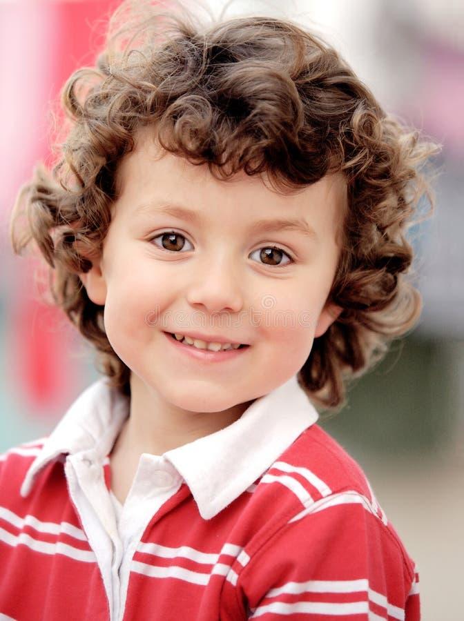 Прелестный малый ребенок смотря камеру стоковое изображение rf