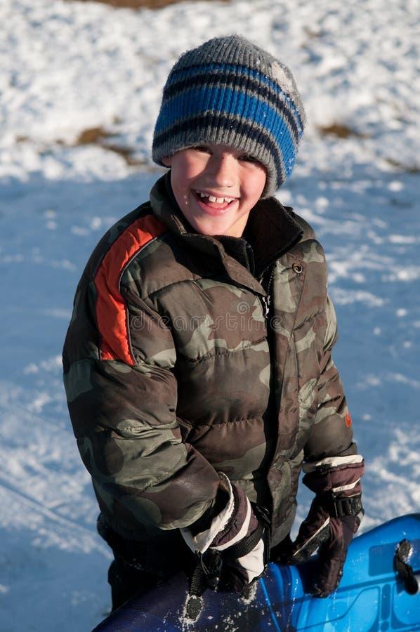 Прелестный мальчик держа скелетон усмехаясь на camo камеры нося стоковые изображения