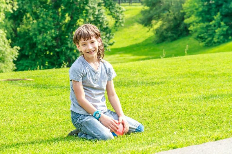 Прелестный мальчик маленького ребенка в парке стоковое фото rf