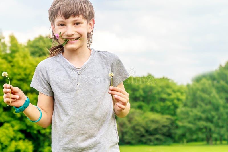 Прелестный мальчик маленького ребенка в парке стоковые изображения