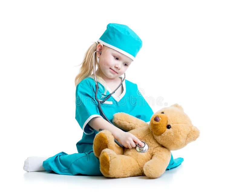 Прелестный ребенок с одеждами игрушки плюшевого медвежонка доктора рассматривая стоковое изображение rf