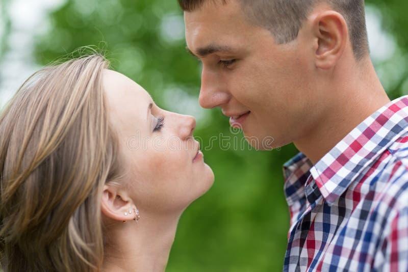 Прелестный человек и женщина смотря один другого стоковое фото rf