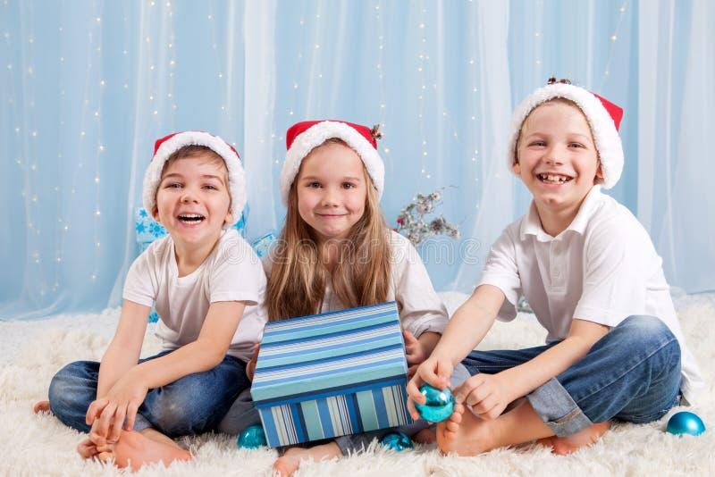 3 прелестных дет, дети дошкольного возраста, отпрыски, имеющ потеху fo стоковые фотографии rf