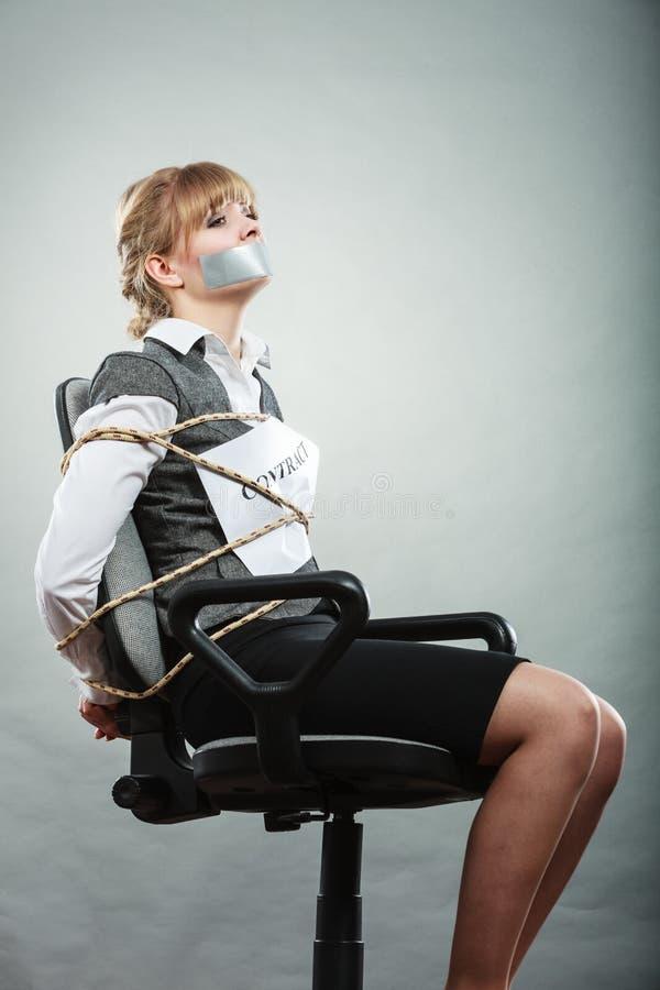 Предел коммерсантки контрактом с связанным тесьмой ртом стоковая фотография rf