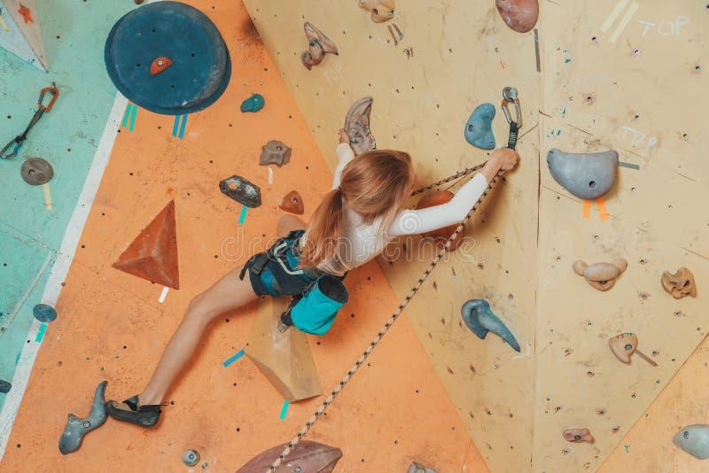 Предназначенная для подростков девушка взбираясь в спортзале стоковая фотография rf
