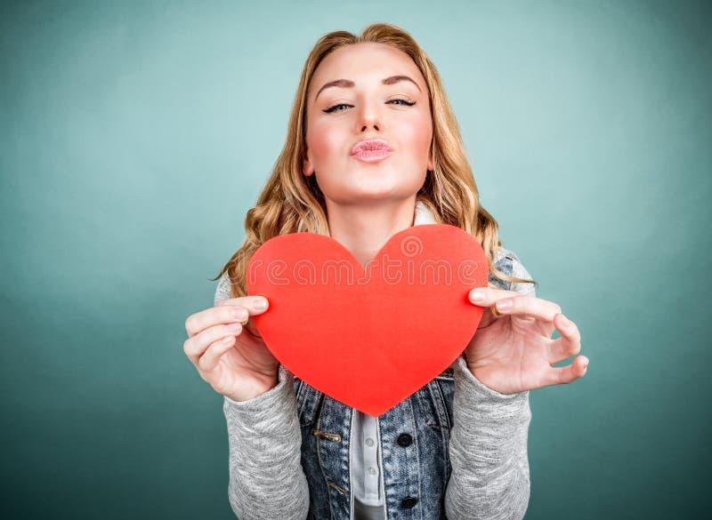 Предназначенная для подростков девушка в влюбленности стоковое изображение