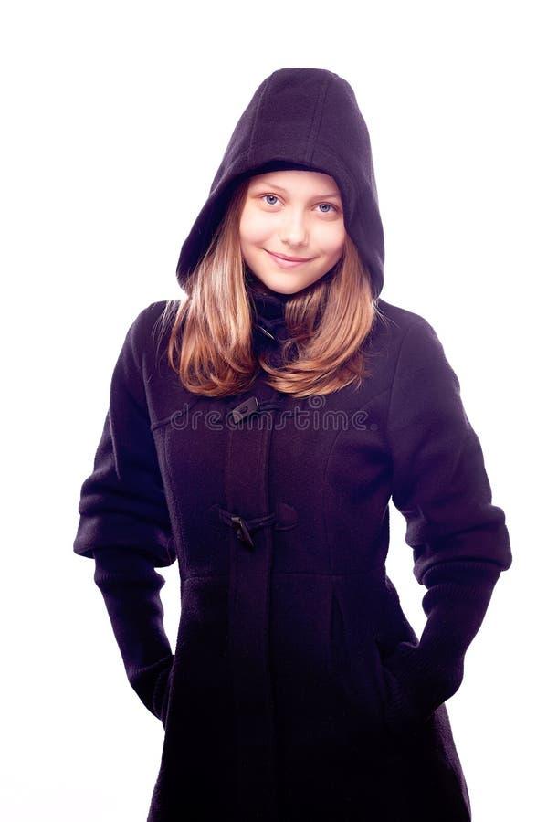 Предназначенная для подростков девушка в представлять пальто стоковая фотография