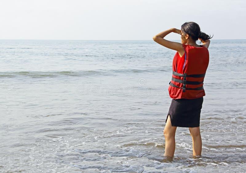 Предназначенная для подростков девушка в спасательном жилете стоковые изображения rf
