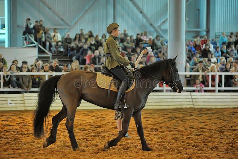 Download Предназначенная для подростков девушка в форме Второй Мировой Войны на лошади Редакционное Изображение - изображение насчитывающей лошадь, во: 40585580
