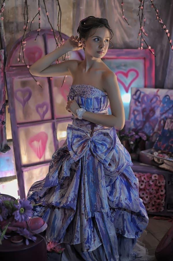 предназначенная для подростков девушка в ярком покрашенном платье вечера стоковое изображение rf