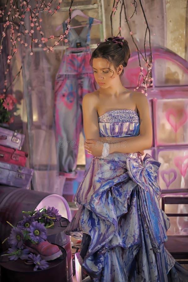 предназначенная для подростков девушка в ярком покрашенном платье вечера стоковое изображение