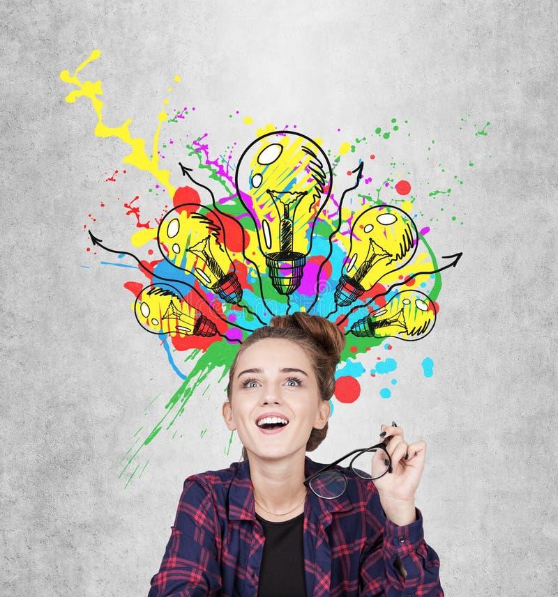 Предназначенная для подростков девушка имея момент aha, электрические лампочки стоковые изображения rf